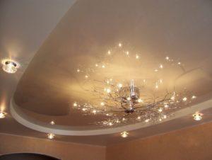 Устанавливаем люстру на натяжной потолок без повреждений