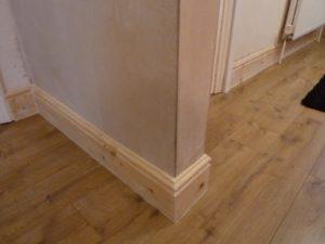 Как установить деревянный плинтус